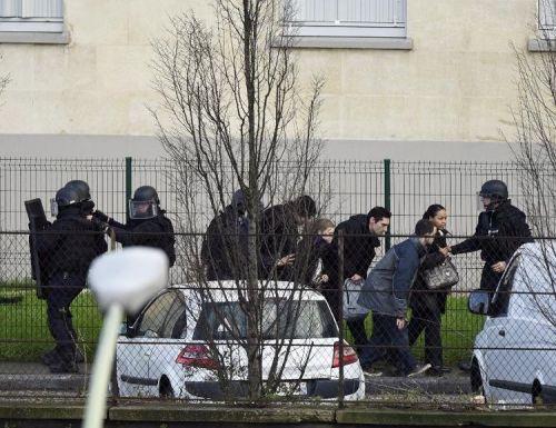 706201-des-policiers-des-forces-speciales-a-saint-mande-pres-de-paris-le-9-janvier-2015